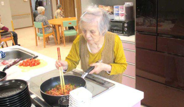 毎食、ご入居者と一緒に調理して一緒に食事をします